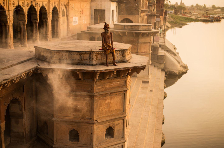 Ein Yogi meditiert am Ufer des Yamuna, eines der heiligsten Flüsse Indiens