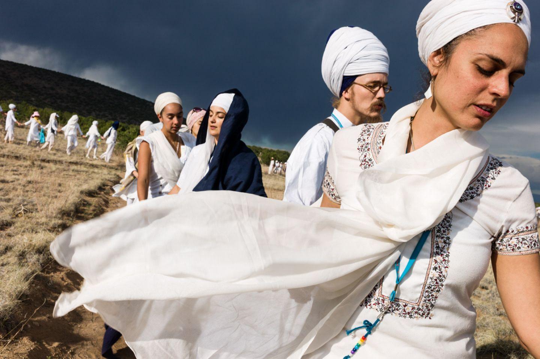 Nach einem mehrtägigen Tantra-Yoga-Workshop lassen sich Männer und Frauen mit geschlossenen Augen durch diese Landschaft in New…