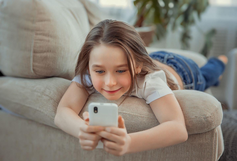 Mädchen surft im Internet
