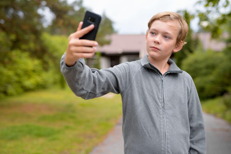 Junge sucht eine Internetverbindung