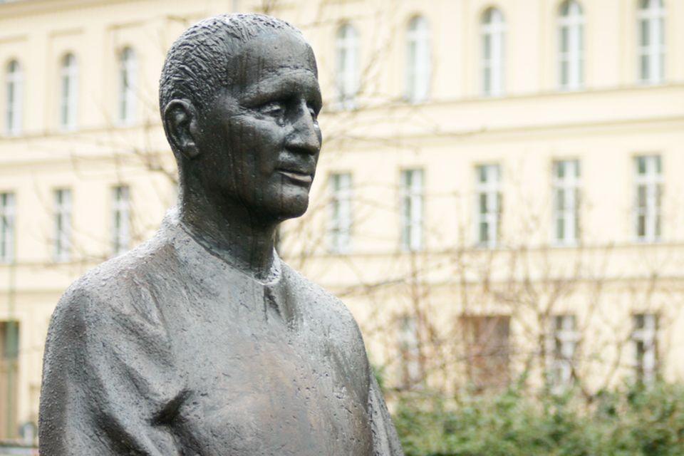 Bertolt Brecht, Statue