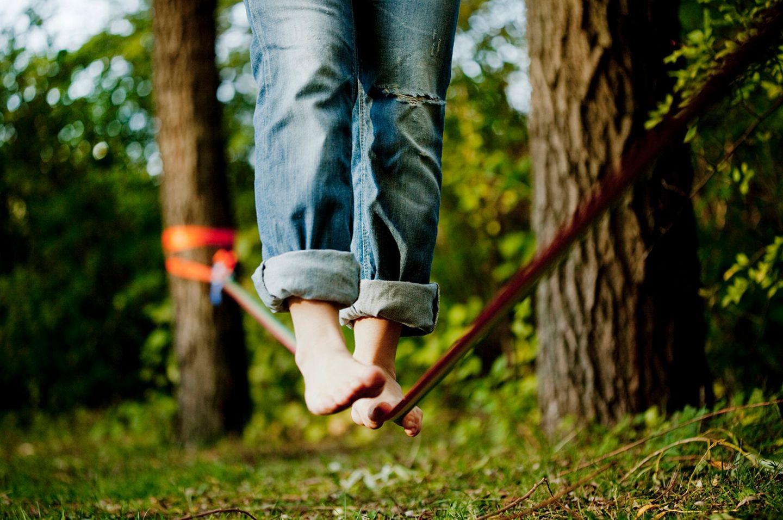 Bessere Fokussierung: Für die meisten Personen ist der Balanceakt auf der schmalen, kippeligen Slackline unmöglich zu meistern