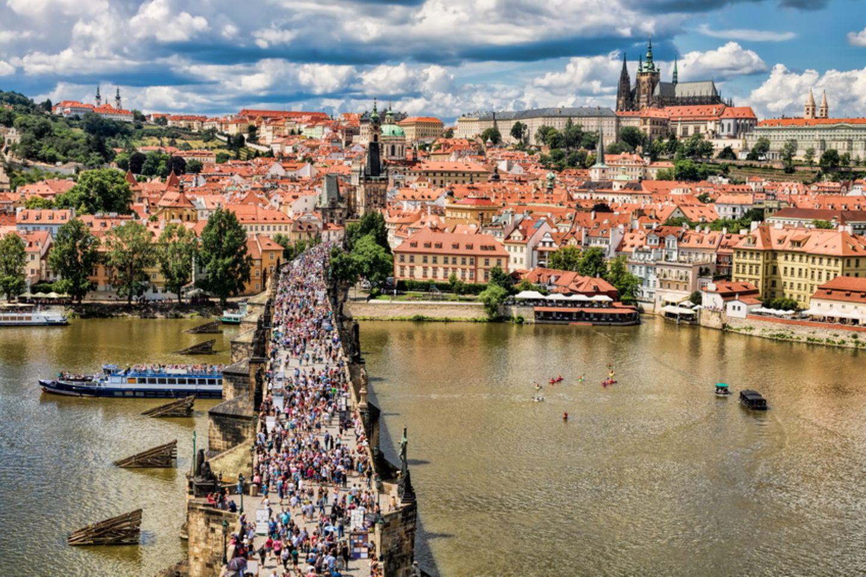 Menschenmassen auf der Karlsbrücke in Prag