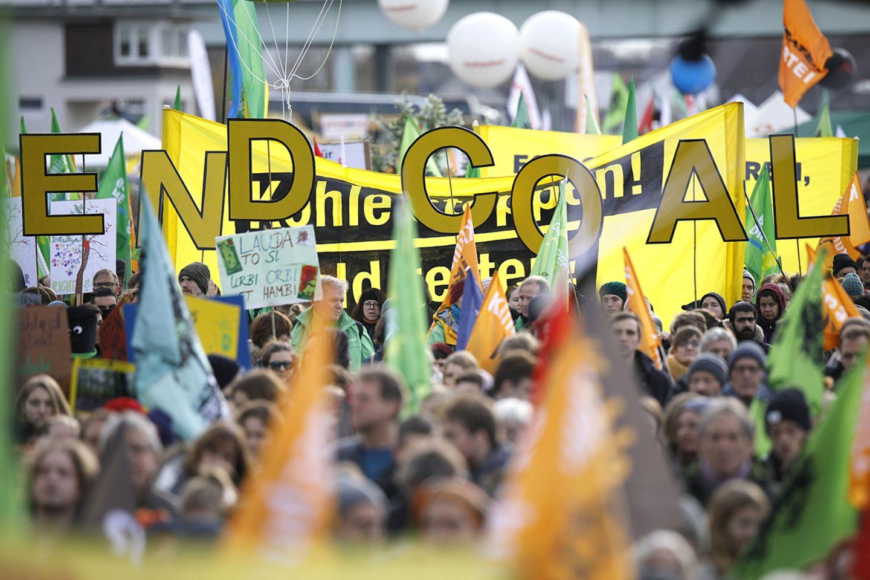 Teilnehmer der Demo 'Kohle stoppen - Klimaschutz jetzt'