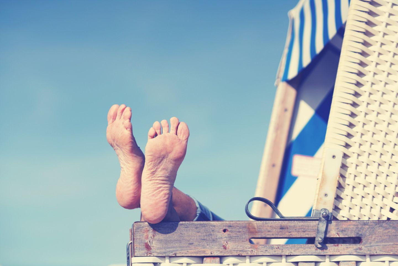 Füße gucken aus einem Strandkorb