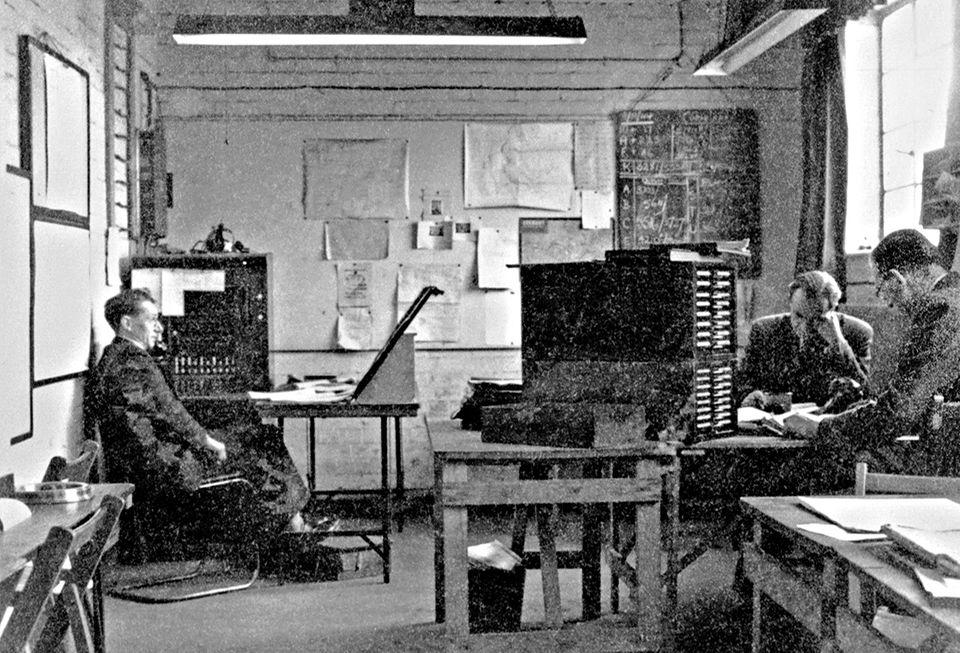 Kryptologen analysieren in Bletchley Park eingegangene Nachrichten