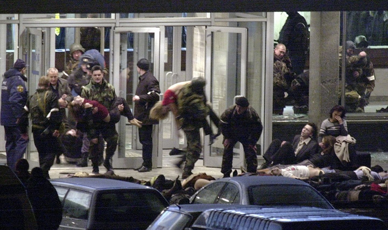 Im Oktober 2002 nehmen 40 tschetschenische Terroristen in Moskau Hunderte Theaterbesucher als Geiseln. Putin lässt das Gebäude …