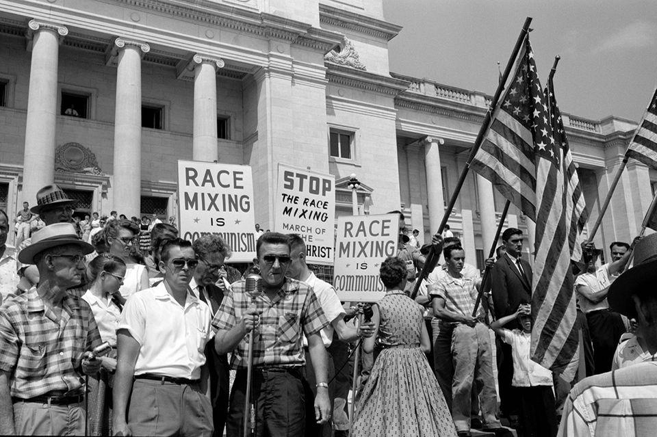 Demonstranten protestieren gegen die Zulassung der Little Rock Nine an der Central High School.