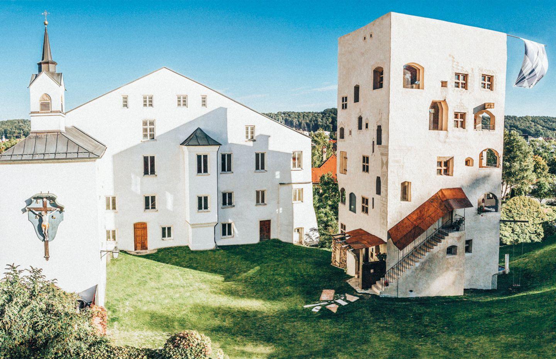 Turm zu Schloss Schedling, Unterkünfte in Bayern
