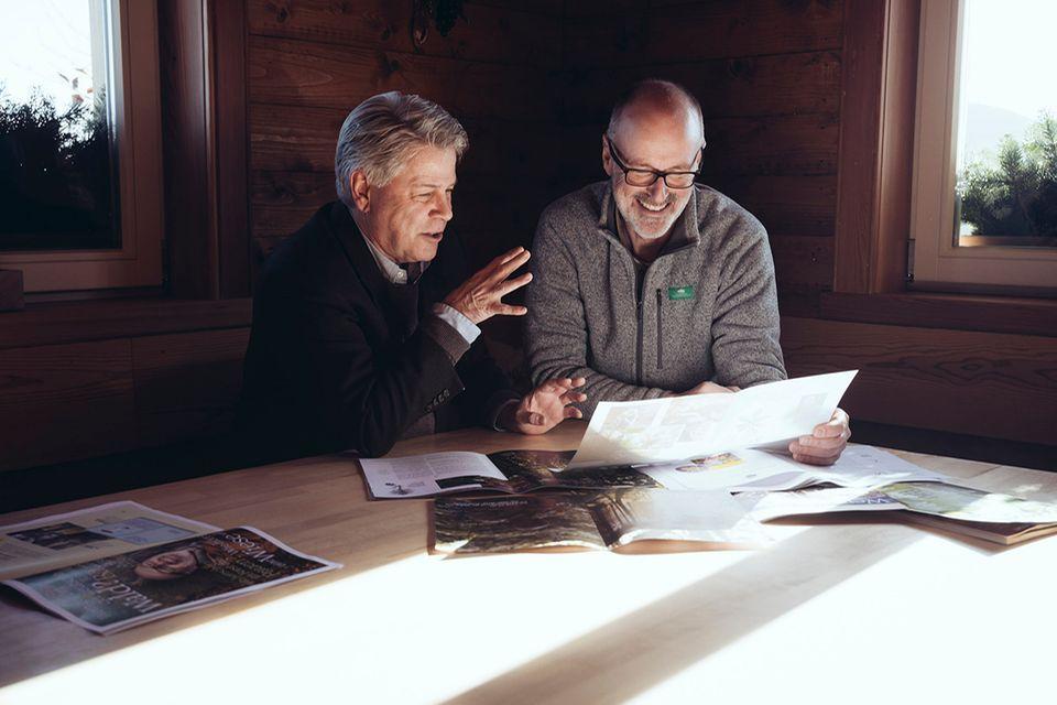 Jetzt neu!: Förster Peter Wohlleben (r.) und Chefredakteur Michael Schaper beim Sichten der ersten Layouts