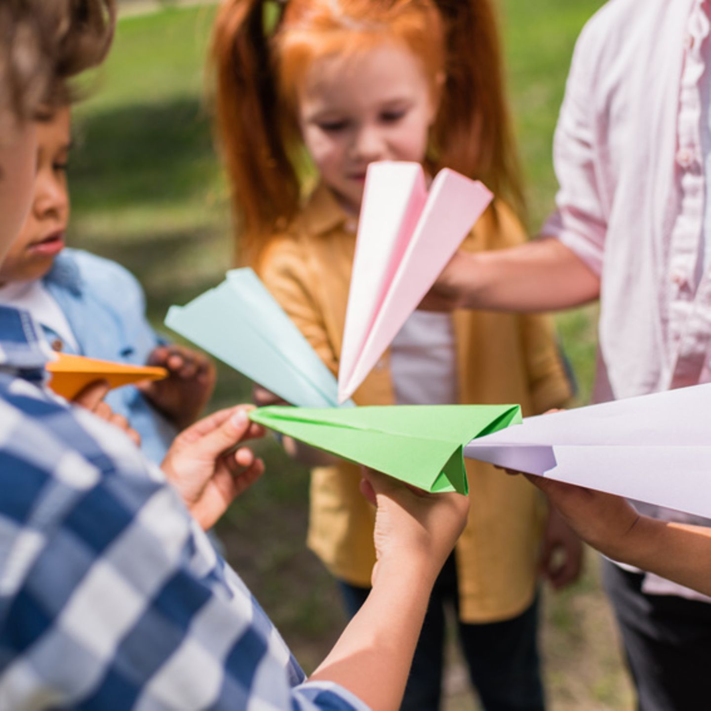 Papierflieger basteln   Anleitungen für 9 Flieger   [GEOLINO]