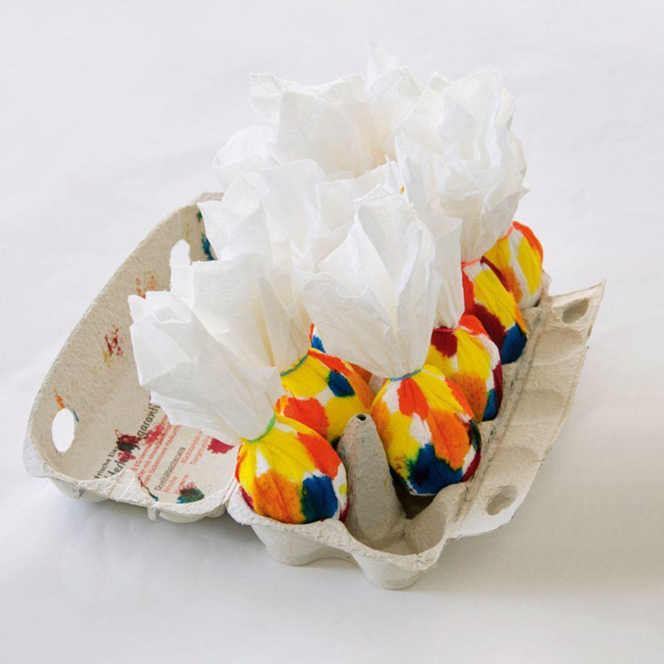 Eier färben mit Papier