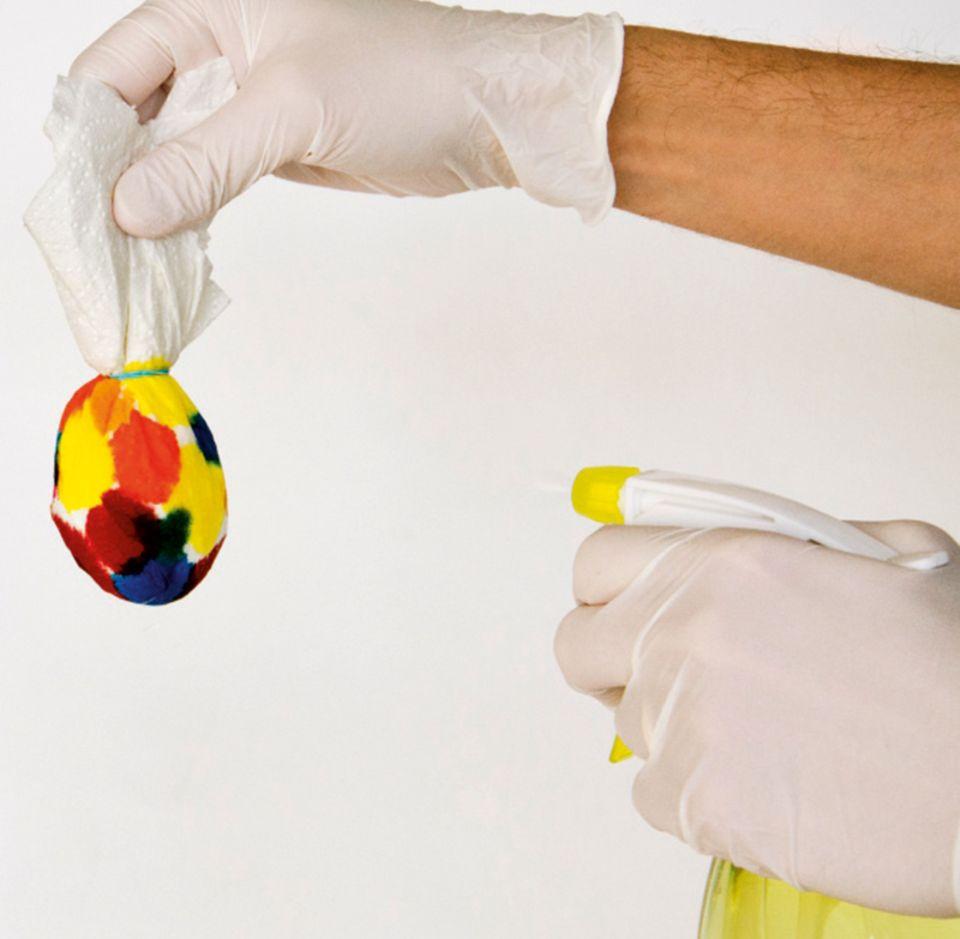 Eier mit Wasser besprühen