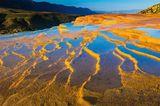 Morgendliches Leuchten an den Kalksteinterrassen von Badab-e Surt im Nordosten Irans