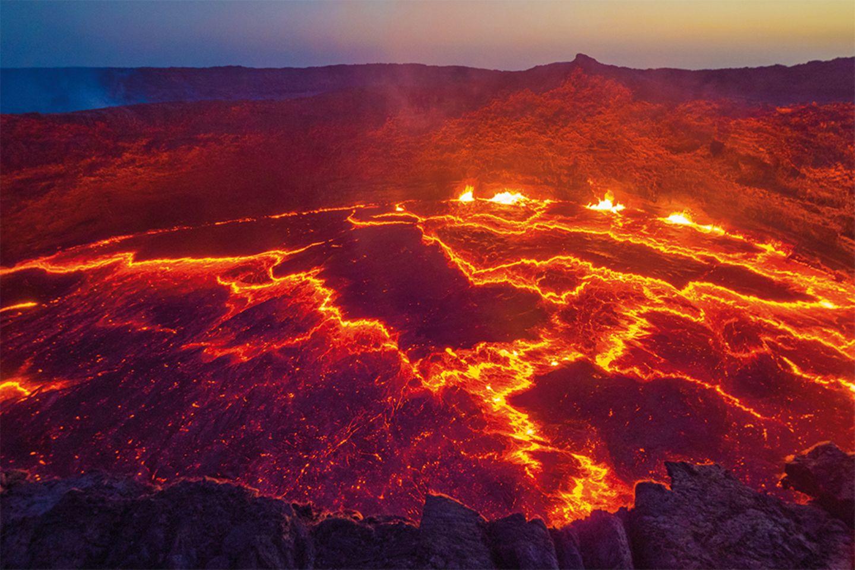 Der Blick in das Herz der Erde am brodelnden Lavasee Erta Ale in Äthiopien