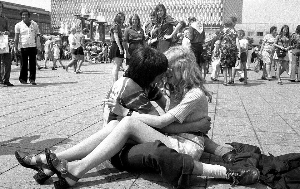 Junges Paar auf dem Alexanderplatz