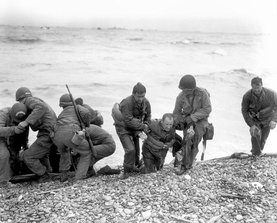 Soldaten helfen den verletzten Kameraden, D-Day, 1944