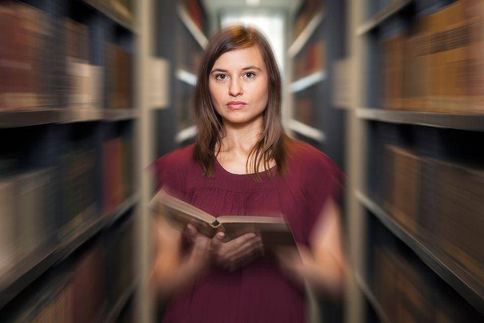 Studentin in einer Bibliothek