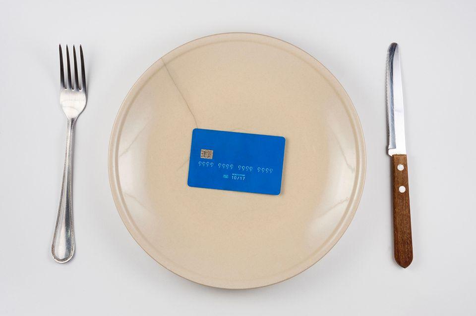 Kreditkarte auf einem Teller