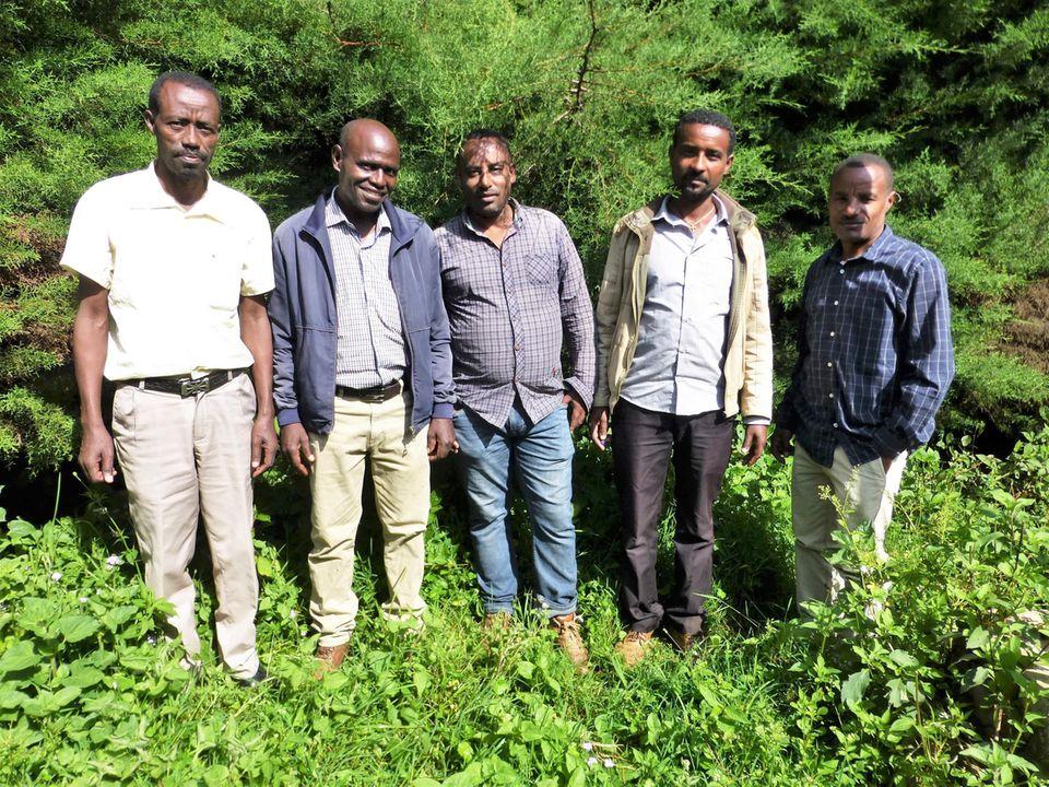 Äthiopien: Das Projektteam 2019 mit dem alten (re.) und neuen (li.) Projektleiter der Union