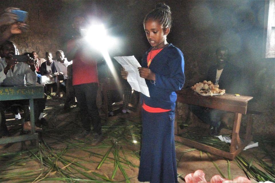 Redebeitrag einer Schülerin anlässlich der Feierlichkeiten der Schule von Baka. Zwei Schulgebäude erhielten solide Zementfußböden, die durch eine Spende der Schöck-Familien-Stiftung ermöglicht wurden