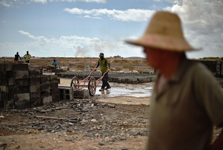 Ein chinesischer Arbeiter überwacht die Arbeit an einer Eisenbahnstrecke, die Dschibuti mit Addis Abeba verbindet