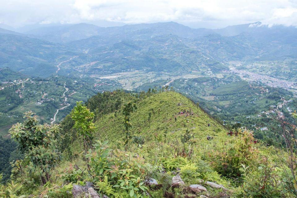 Von Sansari Danda haben Besucher eine spektakuläre Aussicht auf Berge und Täler der Middle Mountain-Region von Nepal