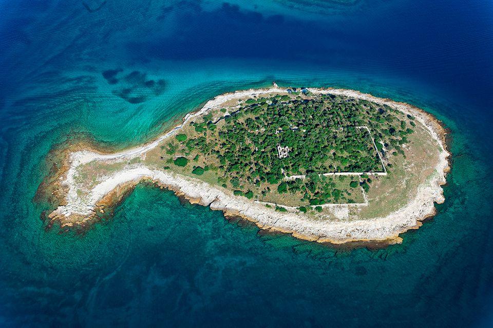 Fischförmige Insel im Brijuni Nationalpark