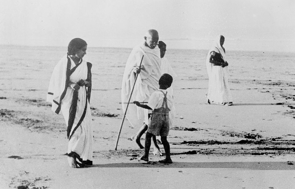 Gandhi erholt sich am Meer
