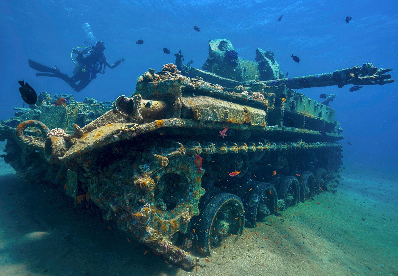 Versunkener Panzer im Roten Meer