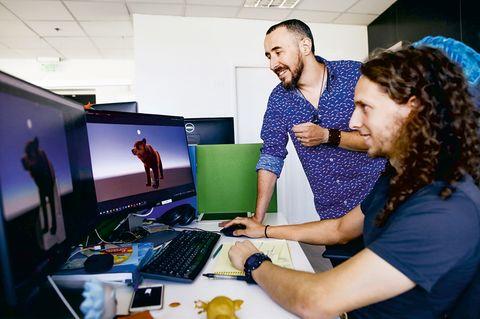 """Die neue GEOlino-App: Was braucht es für die GEOlino-App? """"Ein tolles Team"""", sagt Jonathan Katzman (hinten). Einer davon: Entwickler Jonathan Levin (vorn). Er schreibt die Codes, mit denen die virtuellen Figuren lebendig werden"""