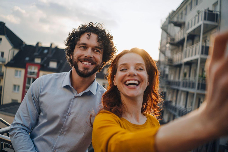 Ein Mann und eine Frau machen einen Selfie
