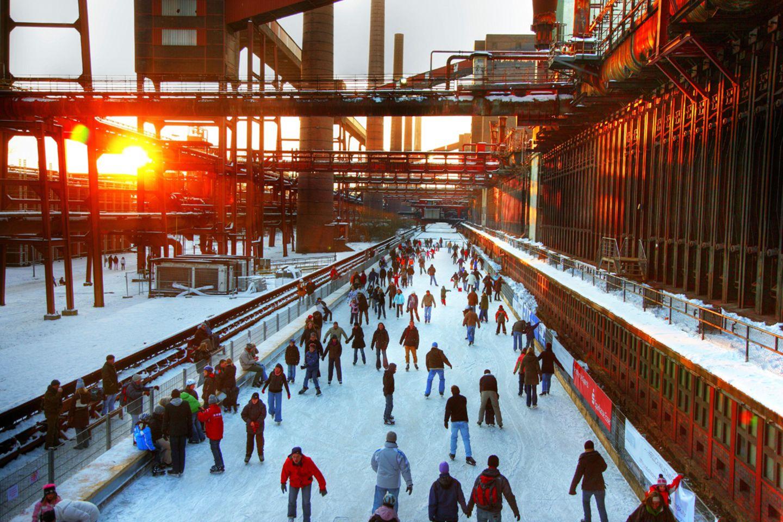 Eisbahn an der Kokerei Zollverein, am Weltkulturerbe Zeche Zollverein, Essen, Nordrhein-Westfalen, Deutschland, Europa