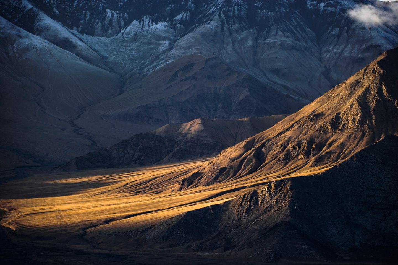 Die schroffen Hänge und Geröllwüsten der Kunlun-Gebirgskette in China