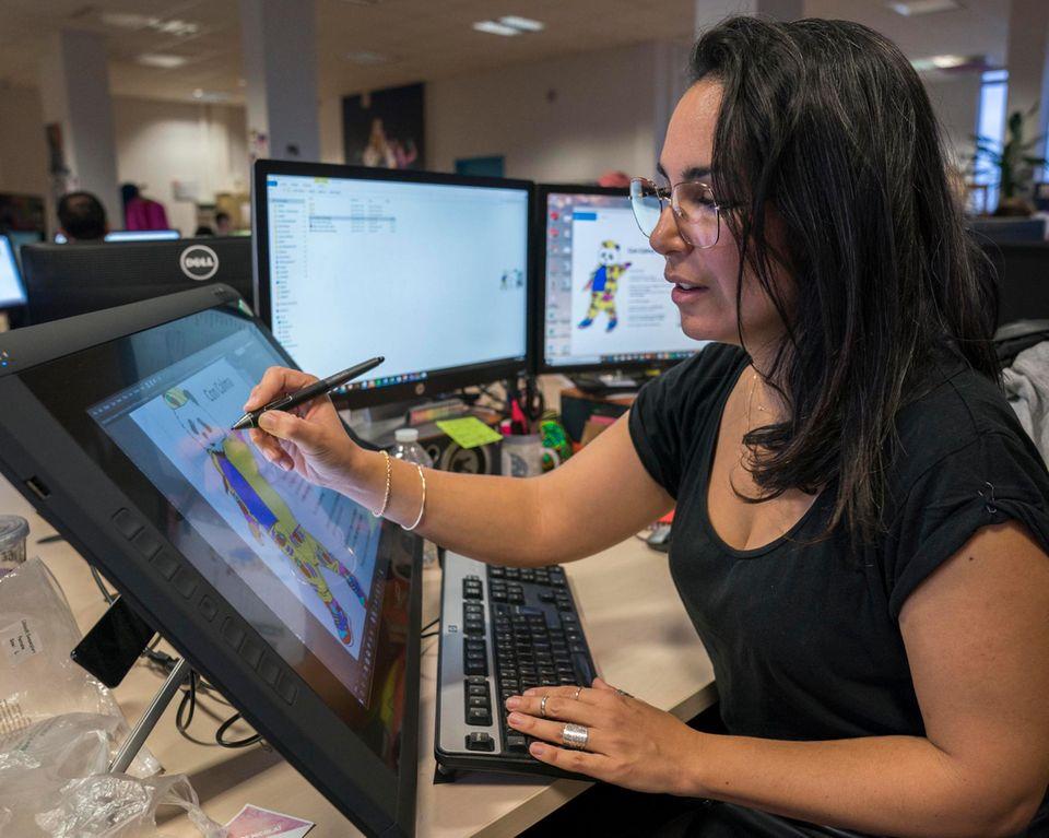 Hinter den Kulissen von Just Dance: Die Leiterin des Kostümdesigns skizziert am Rechner einen ersten Entwurf des Panda-Kostüms. Diesen schickt sie als Vorgabe an die Maßschneiderei