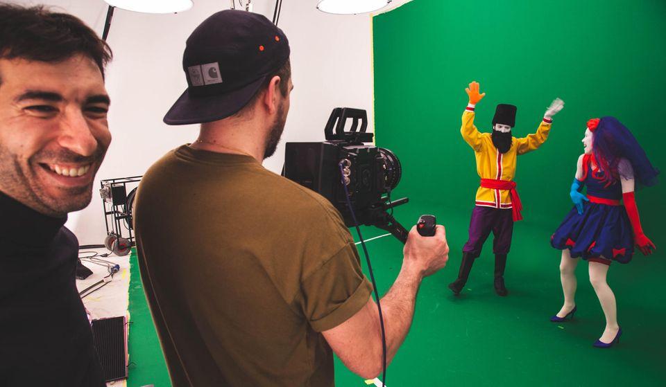 Hinter den Kulissen von Just Dance: Vor dem Greenscreen filmt das Team drei bis vier verschiedene grooves an einem Tag. Der grüne Hintergrund wird später am Computer ganz einfach ausgetauscht