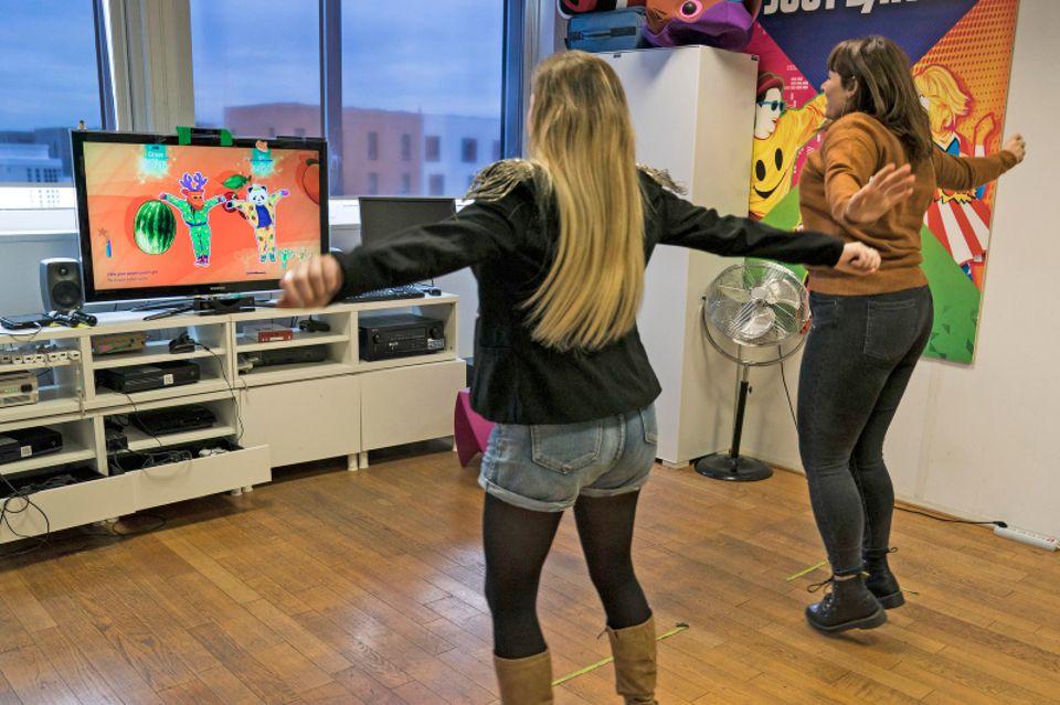 Hinter den Kulissen von Just Dance: Level-Entwicklerin Pauline Alligier (rechts) sorgt dafür, dass die Spieler für die richtigen Bewegungen auch die richtige Punktzahl erhalten. Um zu sehen, ob alles glattläuft, tanzt sie gemeinsam mit einer Kollegin vor dem Bildschirm die Choreografie nach