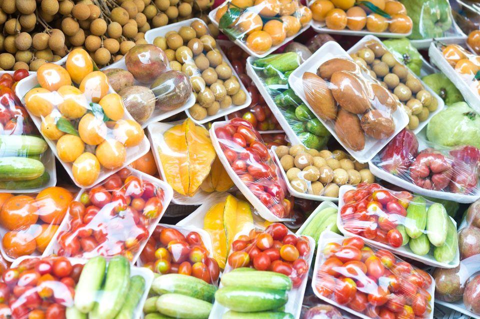Gemüse und Obst in Plastik