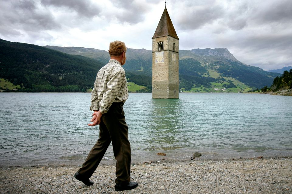 Zeitzeuge vor dem Alt-Grauner-Kirchturm