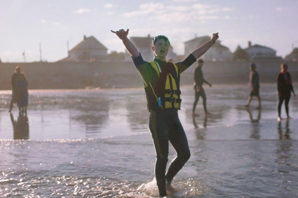 Surfen: Wasser - für Dean Marion bedeutet das vor allem Freiheit. Vor zehn Jahren lag er das erste Mal auf einem Surfbrett, heute hilft der 19-Jährige Kindern, die das Wellenreiten lernen wollen