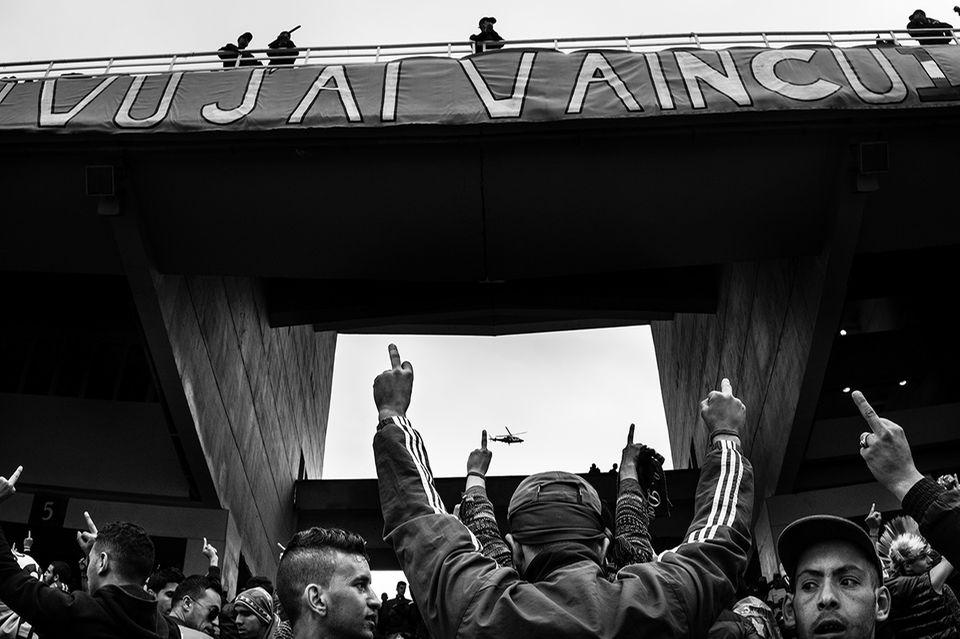 World Press Photo verliehen: Seit vergangenem Jahr gibt es einen zweiten Hauptpreis beim World Press Photo Award: Diese Auszeichnung für die beste Fotostrecke geht an den Franzosen Romain Laurendeau für seine Langzeitbeobachtung der Protestbewegung in Algerien.