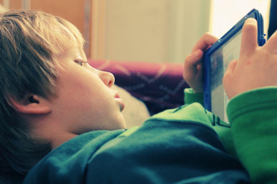 Junge mit Tablet