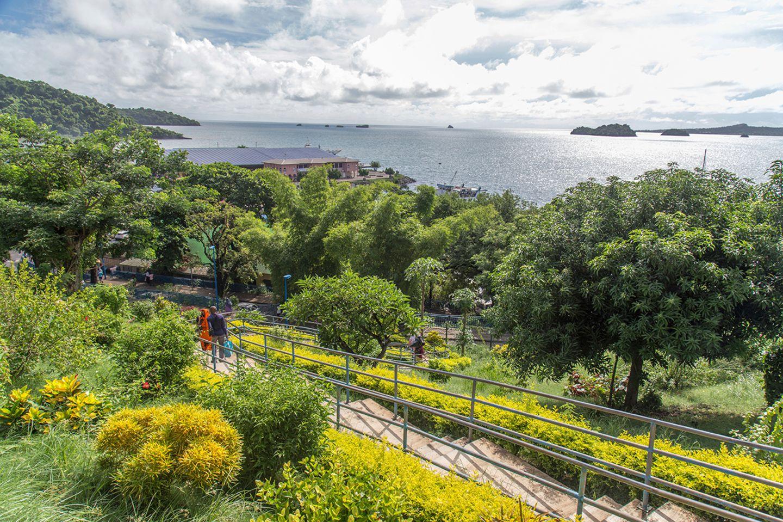 Einen Blick über die kleine Hauptstadt Mamoudzou und den Hafen verschafft man sich auf dem Weg zum General Council