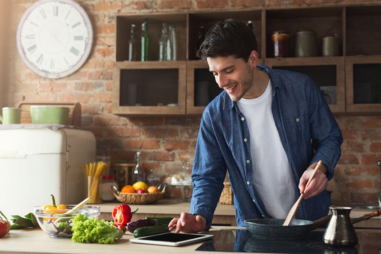 Unternehmungen: Ob Basics oder vegane Menüs - Kochschulen bieten digitale Kurse an