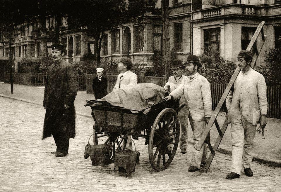 Hansestadt im Jahr 1892: Desinfektionskolonnen ziehen in den betroffenen Stadtgebieten von Haus zu Haus. Ein stechender Chlorgeruch liegt über Hamburg
