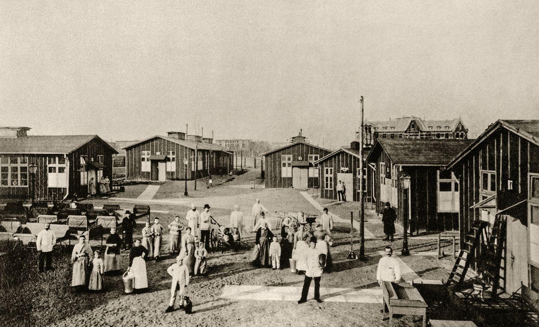 Hansestadt im Jahr 1892: Wohin mit all den Kranken? Die Kliniken der Stadt haben keine freien Betten mehr. Zusätzliche Kapazitäten, wie diese Baracken in Eppendorf, müssen erst gebaut werden