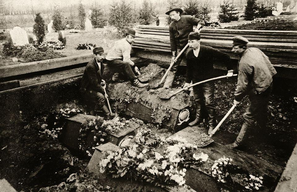Hansestadt im Jahr 1892: Rund um die Uhr heben Totengräber auf dem Ohlsdorfer Friedhof Massengräber aus, als die Epidemie ihren Höhepunkt erreicht