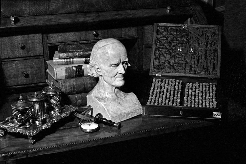 Alternative Medizin: Reproduktion aus der Sammlung Edwin Redslob: Büste und Utensilien von Samuel Hahnemann