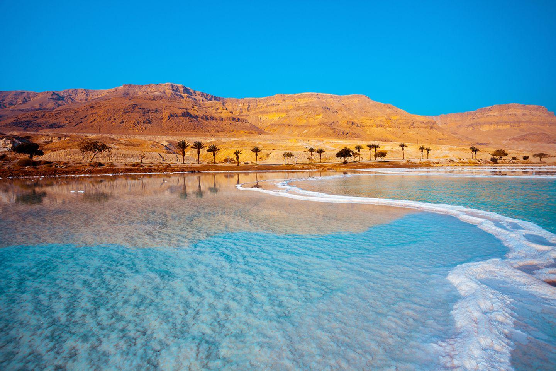Karges Land und Salzkrusten - so präsentiert sich die Szenerie an der israelischen Küste des Toten Meeres