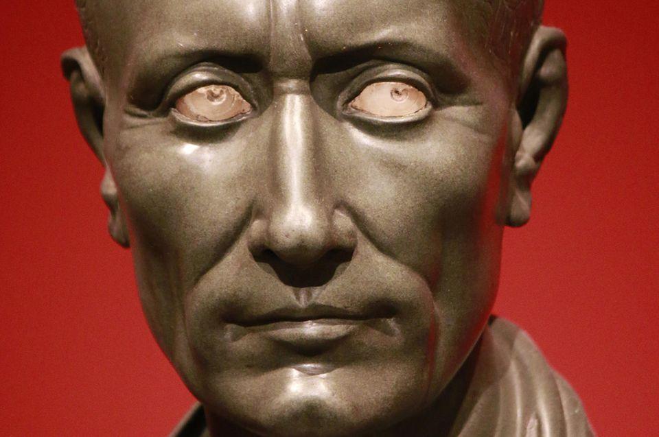 Rom: Eine Statue des berühmte römischen Staatsmanns Gaius Julius Cäsar (100 v. Chr. - 44. v. Chr.)